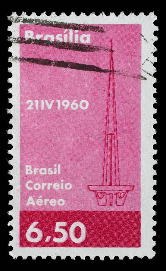 Le timbre a imprimé au Brésil avec l'image du symbole abstrait de Brasilia pour commémorer la fondation du capital du ` s du Brés image stock
