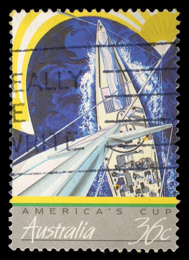 Le timbre imprimé dans l'Australie montre la vue des yachts emballant, tasse des Amériques photo stock