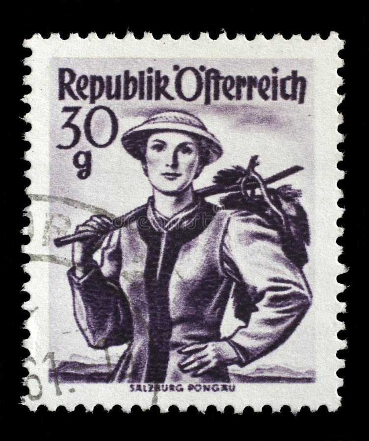 Le timbre imprimé en Autriche montre la femme d'image dans des costumes autrichiens nationaux, Salzbourg, Pongau images stock