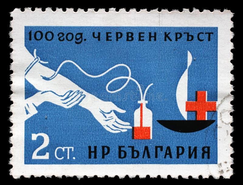 Le timbre imprimé en Bulgarie a consacré à l'anniversaire 100 de la Croix-Rouge photos stock