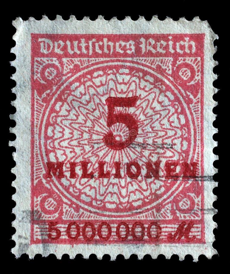 Le timbre imprimé en république Fédérale d'Allemagne montre l'image des nombres gonflés hyper images libres de droits