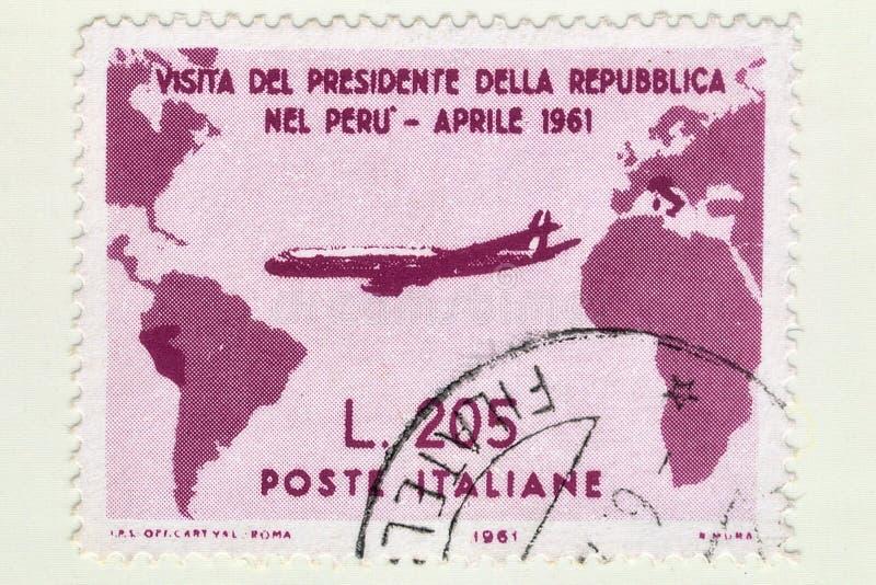 Le timbre italien utilisé rare de Gronchi a monté en valeur 205 Lires, commémore la visite du Président italien Gronchi au Pérou photographie stock libre de droits