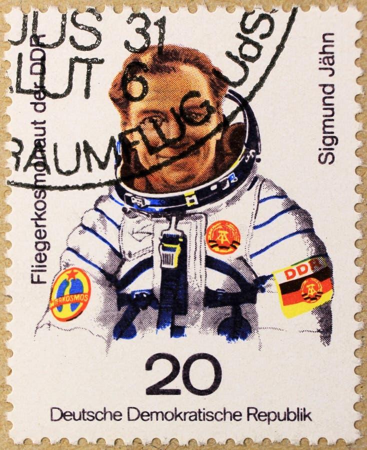 Le timbre postal de la RDA dépeint Sigmund Jahn, le premier astronaute allemand photographie stock libre de droits