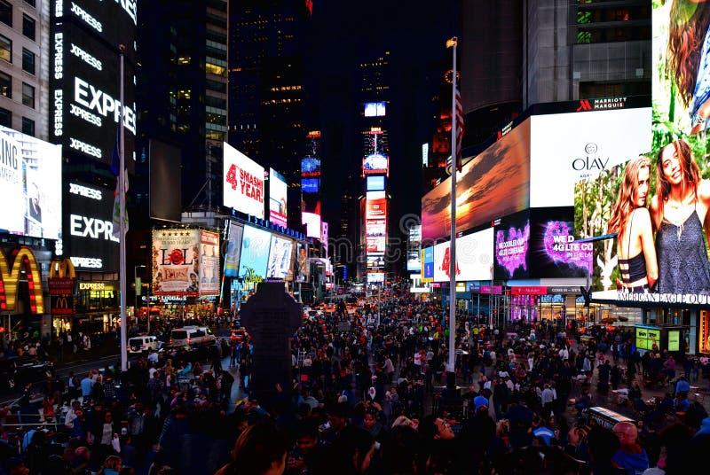 Le Times Square de NEW YORK CITY, est une intersection de touristes occupée de l'art et du commerce au néon et est une rue iconiq image stock