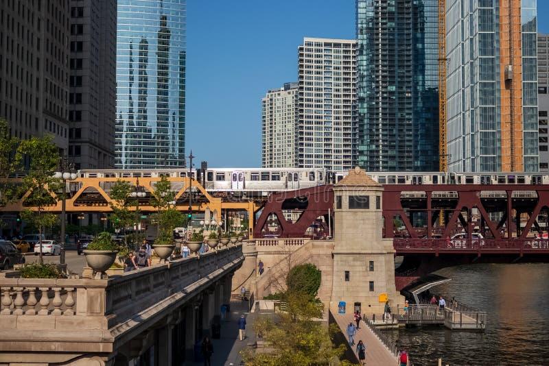 Le tir coloré de la boucle de Chicago pendant le matin d'été permutent avec la variété de transport, de train d'EL, des voitures, photos stock