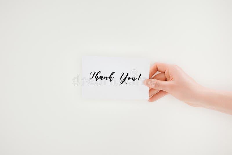 le tir cultivé de la femme jugeant de papier avec vous remercient lettrage photo stock