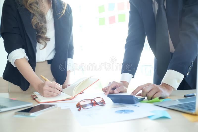 Le tir cultivé des affaires consultent avec l'entretien de réunion photographie stock