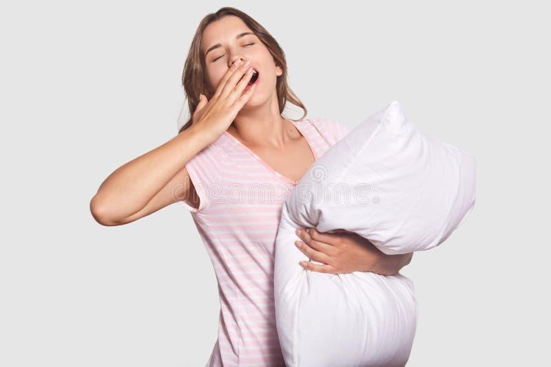 Le tir d'isolement de la femme somnolente avec la bouche largement ouverte, bâillements comme n'a pas assez de sommeil, juge l'or photos libres de droits