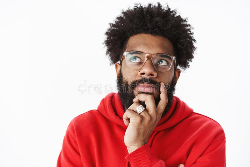 Le tir en gros plan de la barbe réfléchie et de regarder de frottage d'homme d'afro-américain le coin gauche supérieur s'est foca images libres de droits