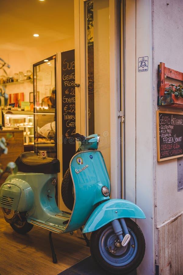 le tir en gros plan du scooter de vespa de vintage s'est garé en entrée de magasin à Rome photographie stock libre de droits