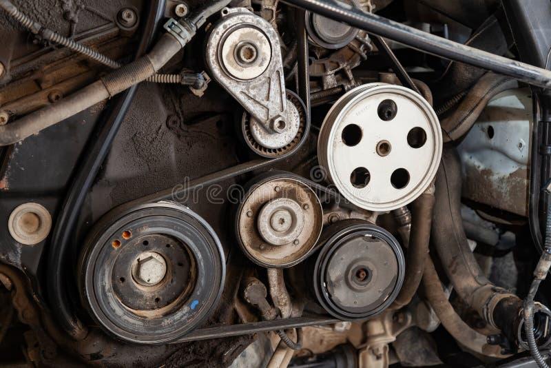 Le tir haut étroit du système et de la courroie de transmission de poulie sur un diesel ou une essence puissant a utilisé le mote image libre de droits