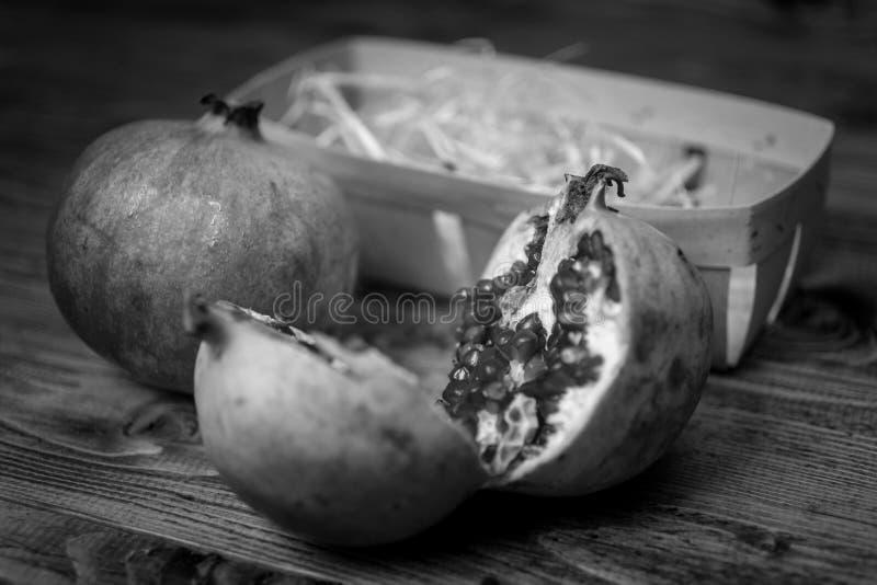 Le tir noir et blanc de plan rapproché de la grenade a coupé dans deux moitiés photos libres de droits