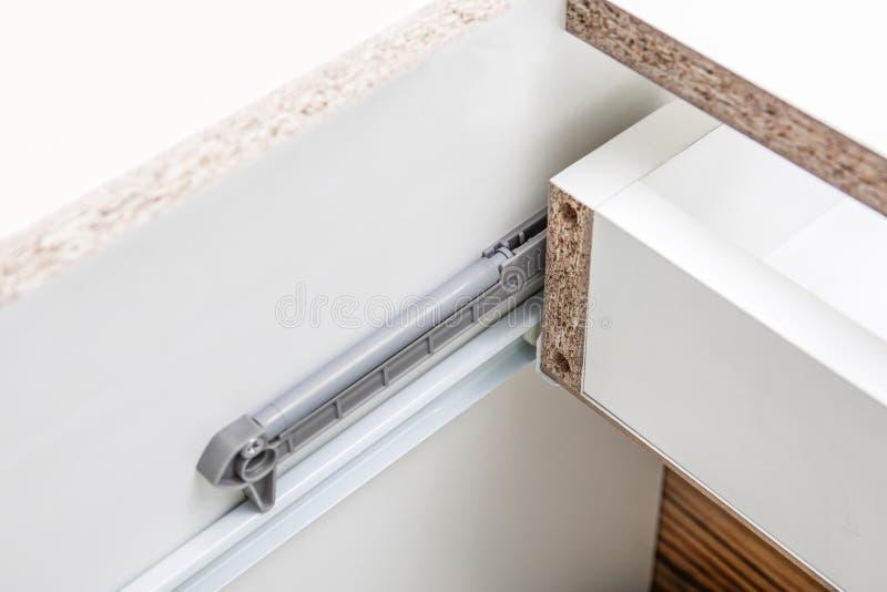 Le tiroir d'Undermount glisse - détail de plan rapproché de glissements - le matériel de meubles image libre de droits