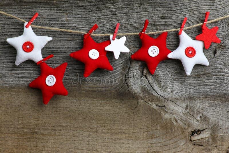Le tissu rouge et blanc de décoration accrochante de Joyeux Noël tient le premier rôle photos libres de droits