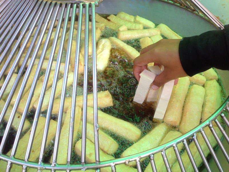 Le tofu a découpé en tranches frit en huile de ébullition photos libres de droits