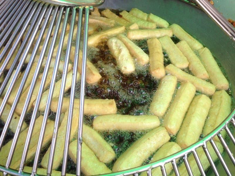 Le tofu a découpé en tranches frit en huile de ébullition Le tofu frit est un casse-croûte asiatique photos stock