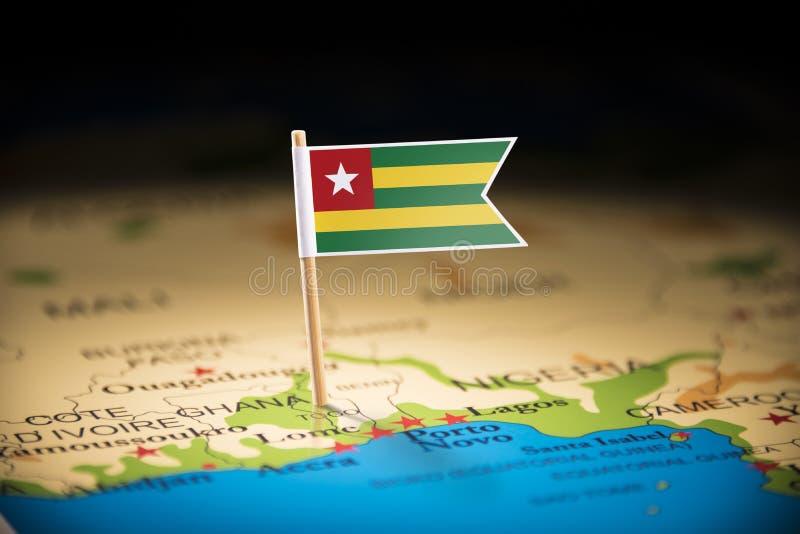 Le Togo a identifié par un drapeau sur la carte image stock