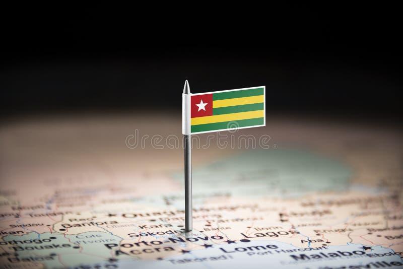 Le Togo a identifié par un drapeau sur la carte photos stock