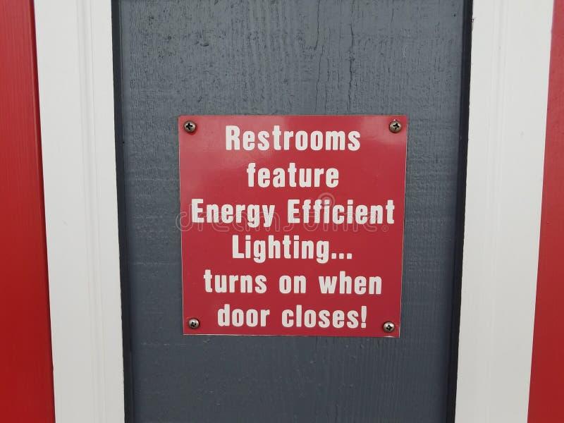 Le toilette rosse caratterizzano l'illuminazione di ottimo rendimento girano su quando la porta chiude il segno immagine stock