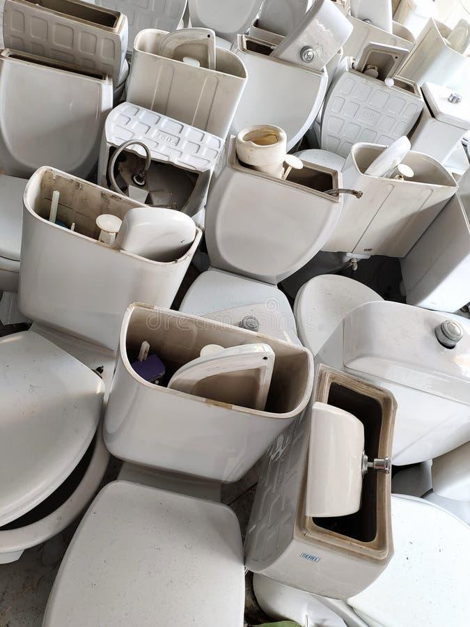 le toilette vecchie durante la riparazione ed il rinnovamento, molte toilette sono file, toilette bianche immagine stock
