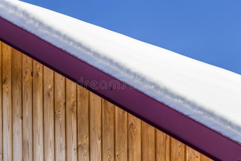 Le toit d'une maison en bois image libre de droits