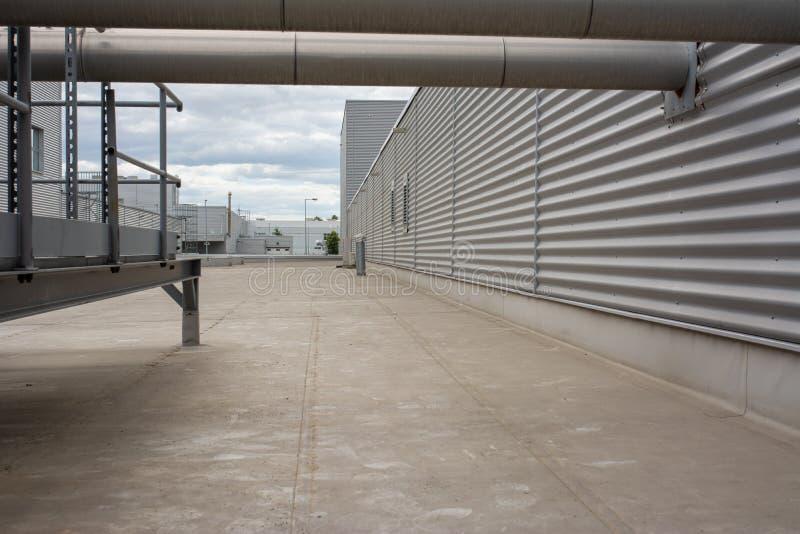 Le toit d'une usine moderne couverte de membranes imperméables photographie stock
