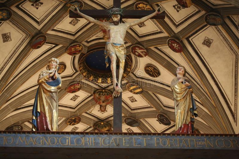Le toit de la cathédrale de Saint-Nicolas dans Fribourg, Suisse photos stock