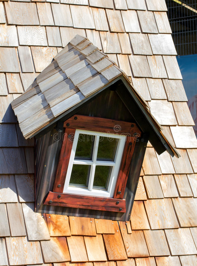 Download Le Toit De La Maison Avec La Fenêtre Gentille Image stock - Image du pouvoir, résidence: 77153575