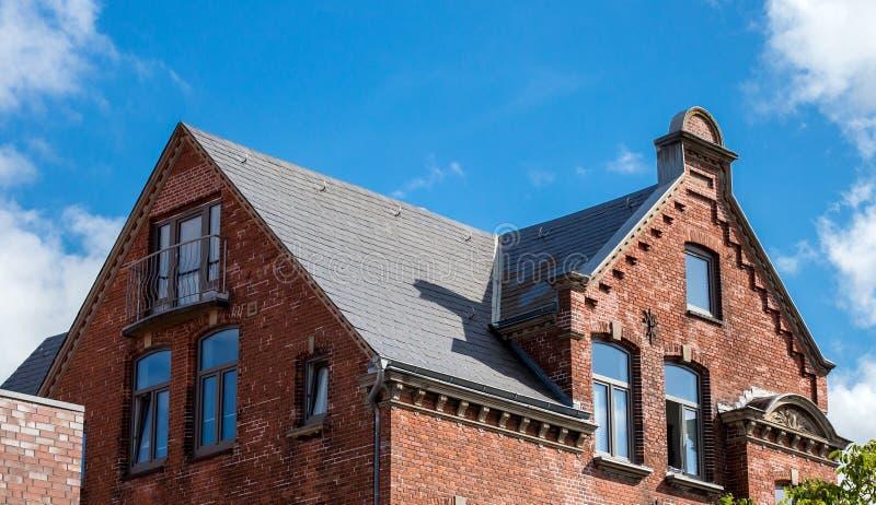 Le toit de la maison avec la fenêtre gentille image libre de droits