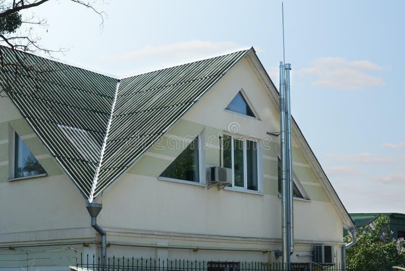 le toit est d'ardoise de toit d'amiante vieux toit d'ardoises avec
