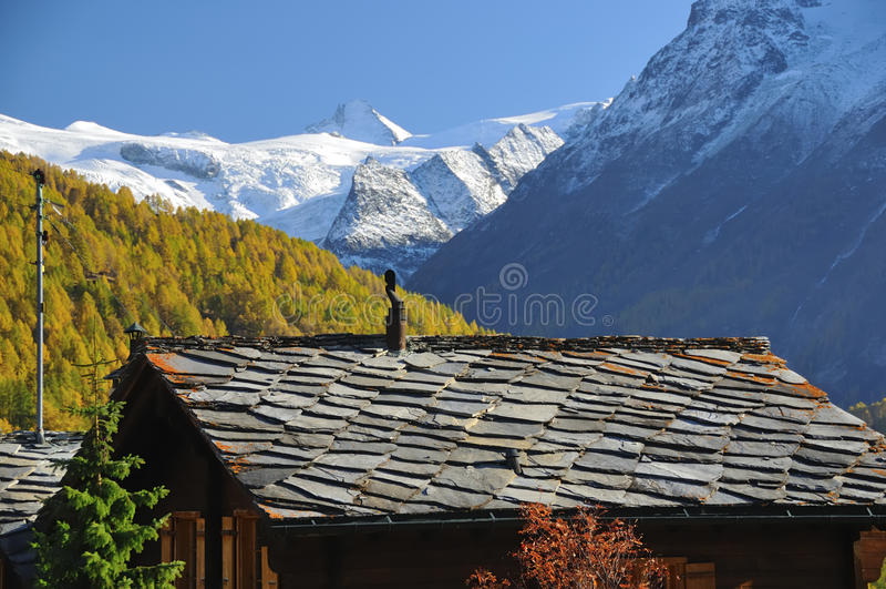 Le toit et le glacier en pierre ont couvert des montagnes photo stock