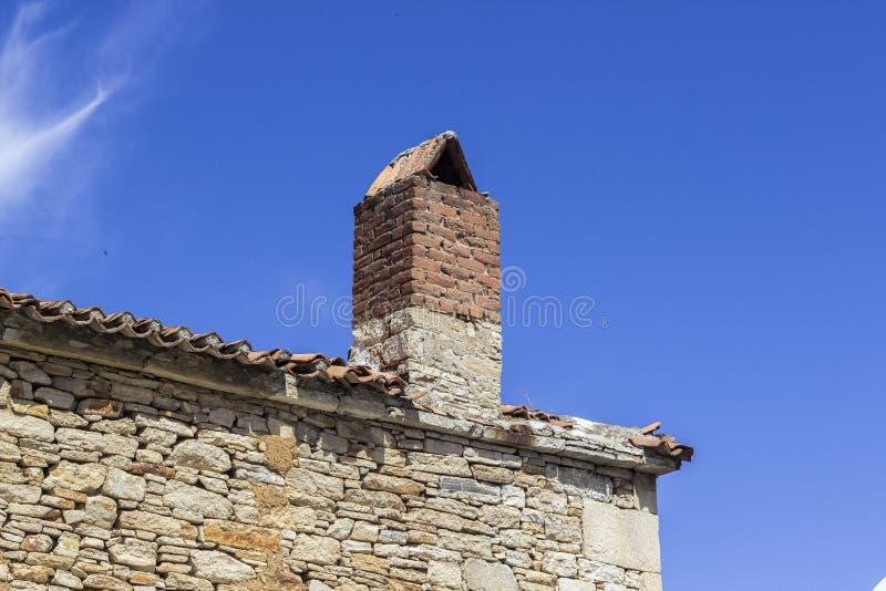 Le toit faisant le coin large a tiré du vieux bâtiment de maçonnerie sous le ciel clair photographie stock libre de droits