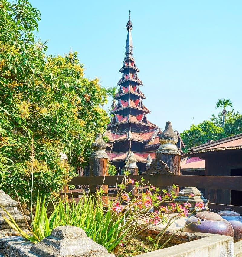 Le toit multistaged scénique de pyatthat du monastère de Bagaya, Ava photo libre de droits