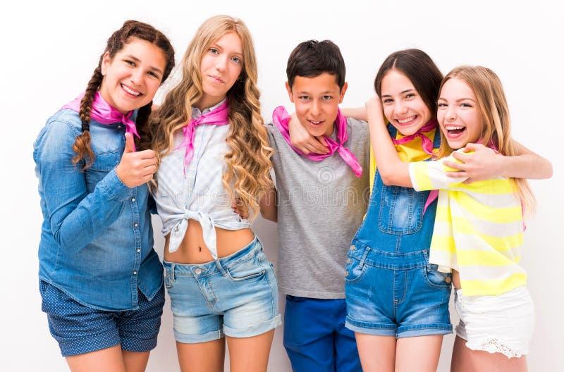 Le tonåringar som omfamnar sig arkivbild