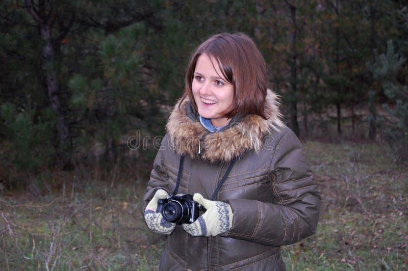Le tonåringflickan med kameran arkivfoto