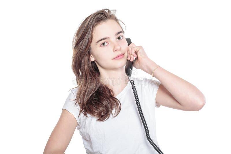Le tonåringflickan som talar på telefonen arkivfoto