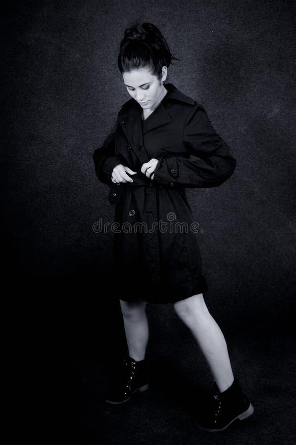 Le ton noir et blanc de la fille a fermé la veste photo stock