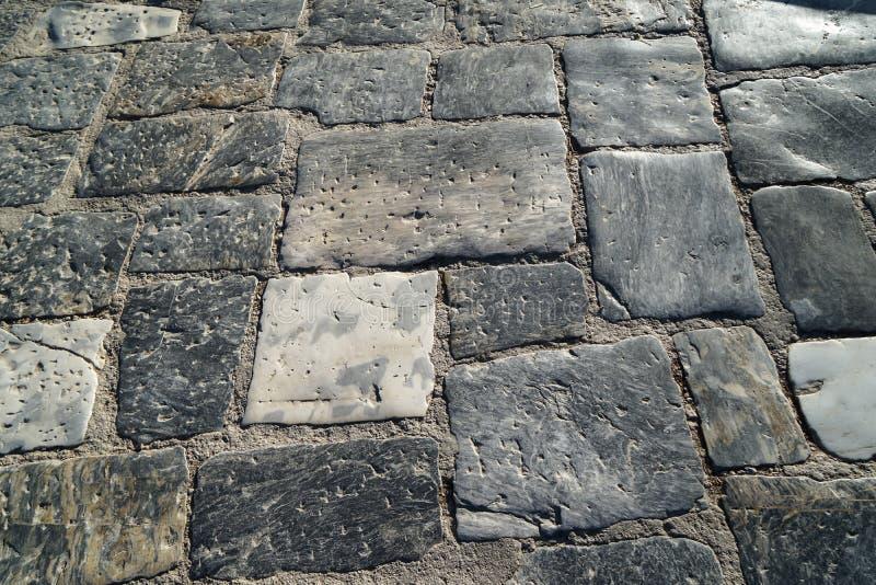 Le tonalità del primo piano della pavimentazione all'aperto di colore del mattone del marmo di struttura grigia della pietra sorg immagine stock libera da diritti