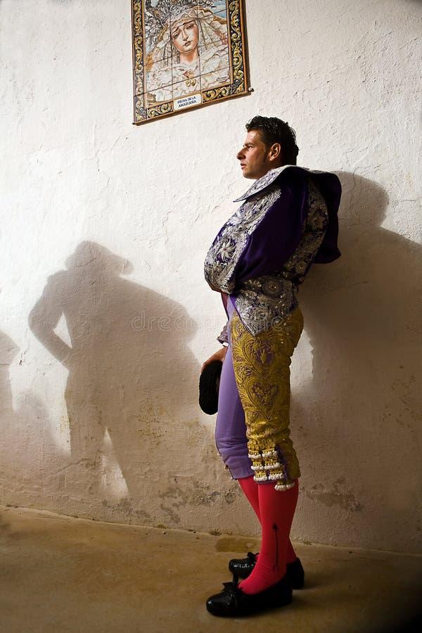 Le toréador espagnol David Valiente attendant dans l'allée de la plaza de toros de Jaen images stock