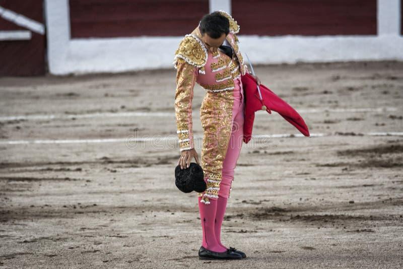 Le toréador espagnol Manuel Jesus El Cid laisse tomber son chapeau au sol photo stock