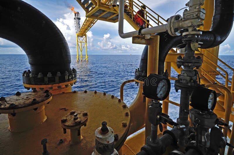 Le torchage de gaz est sur la plate-forme i de plate-forme pétrolière image stock