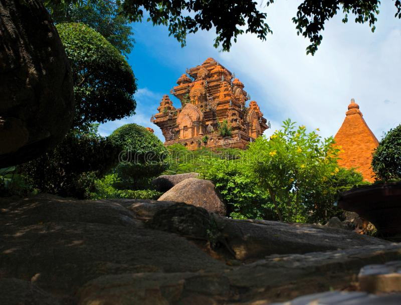 Le torri antiche di Ponagar sono vedute dalla vegetazione densa del parco immagini stock