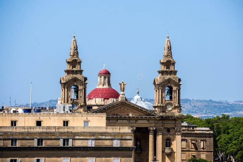 Le torri della chiesa dominano la skyline a La Valletta, Malta fotografie stock libere da diritti