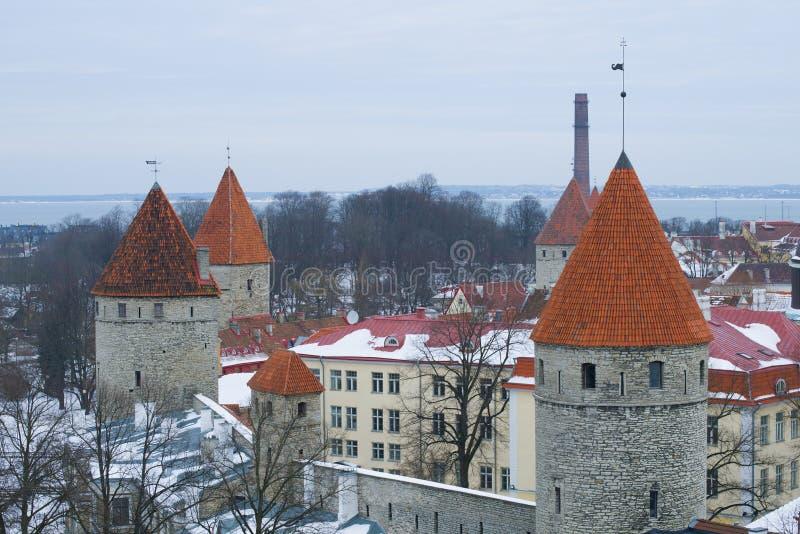 Le torri della fortezza di vecchia Tallinn un giorno nuvoloso di marzo L'Estonia immagini stock libere da diritti