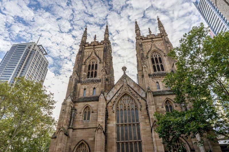 Le torri occidentali della cattedrale contro un cielo drammatico, Australia dello St Andrew di Sydney fotografia stock libera da diritti