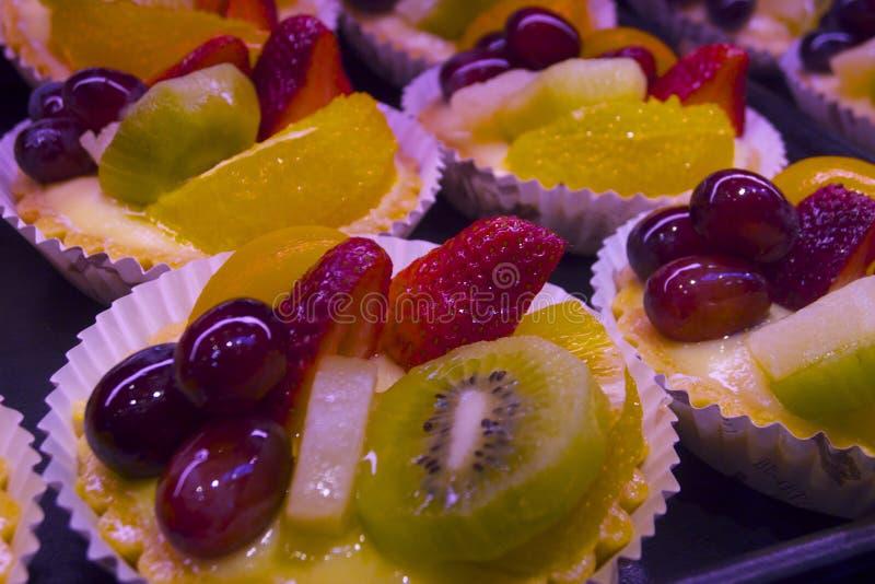 Le torte di frutta dolci producono i colori vibranti e lo spuntino saporito nel mercato dell'isola di Vancouvers Grandville fotografie stock libere da diritti