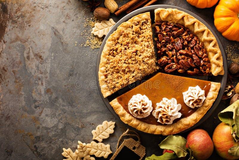 Le torte tradizionali zucca, pecan e mela di caduta si sbriciolano immagini stock