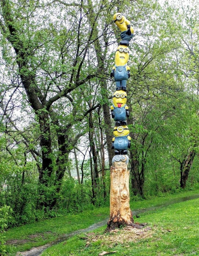 Le totem Polonais de subordonné a découpé hors du tronçon d'arbre photos stock