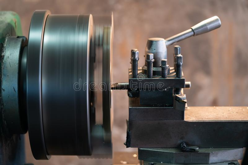 Le tour des véhicules à moteur en métal de pièces en rotation est un outil qui tourne l'objet autour d'un axe de rotation pour ef photos stock