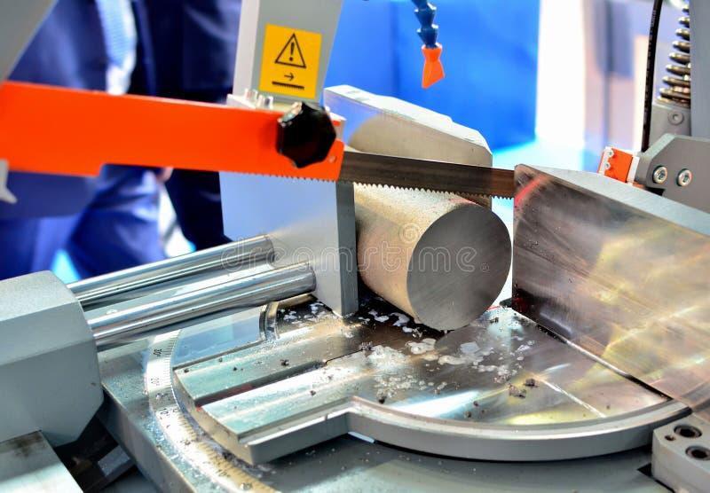 Le tour industriel de commande numérique par ordinateur avec la bande a vu pour couper des produits métalliques photos libres de droits
